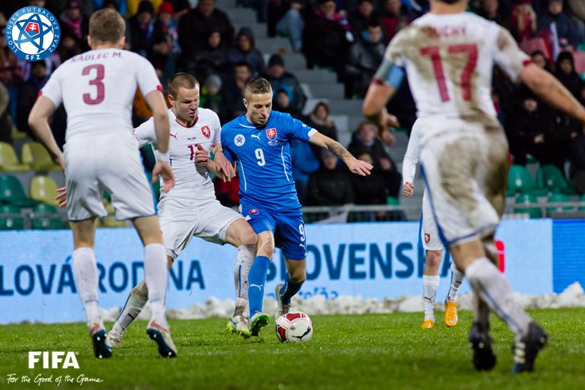 Fotografovanie federálneho futbalového derby Slovenska s Českom
